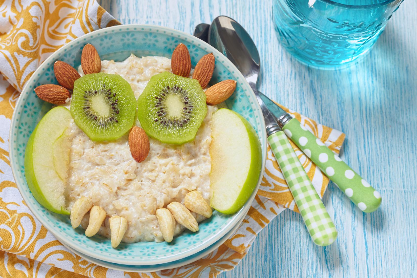 Kinder Frühstück mit Früchten und Nüssen